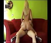 Une fille hollandaise baise sur le canapé