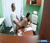 Scène dans un faux hôpital