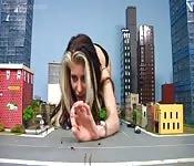 Mujer gigante en lencería alborota la ciudad