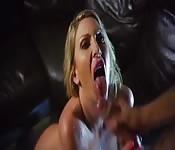 Grande facial sobre Leigh Darby