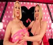 Dwie zmysłowe kobiety z dużymi cyckami