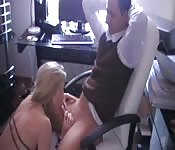Une secrétaire suce et baise son boss