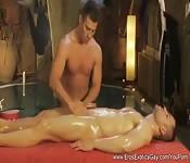 Un massaggio gay e una sega