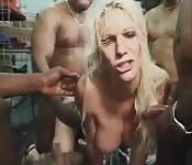 Jolie blonde se fait prendre au garage