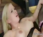 Un groupe de mecs baise une blonde
