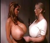 Scène lesbienne avec deux filles Megaplantureuse