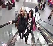 Zwei deutsche Mädchen haben Spaß im Einkaufszentrum