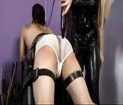 Rubia super buenorra en un vídeo BDSM