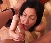 Une cougar italienne amateur se fait baiser chez elle