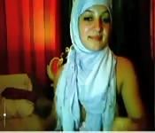 Arabe avec le hijab est nu et se masturbe