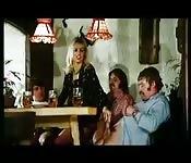 Milf britannique coquine branle des types et donne sa chatte au bar
