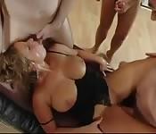 Plantureuse femme allemande obtient une baise de groupe