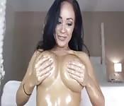 Une femme avec des gros seins spectaculaires