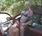 Une femme mariée trompe son mari dans la voiture de l'amant