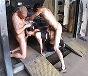 Deux mécaniciens pour une femme mûre