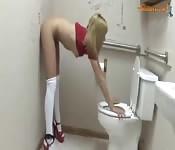 Szmatowata natolatka masturbuje się w toalecie
