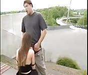 Una ragazza tedesca scopa per strada