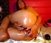 Une fille asiatique nous montre son cul sur la webcam