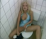 Blondynka w publicznej toalecie