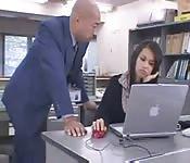 Secretaria japonesa fodida no escritorio