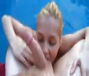 Blonde suce et se fait baiser dans la piscine