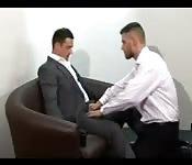 Typ schläft im Bürostuhl ein und bekommt einen geblasen
