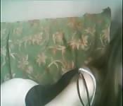 Jovencita muy mona juguetea y se desnuda para la cámara