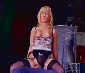 Cycata blondynka uwielbia ujeżdżać twarego drągala