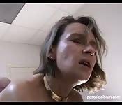 Deux employés baisent leur patronne