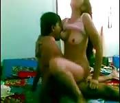 Una bella coppia amatoriale scopa davanti alla webcam