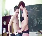 Une professeure d'âge mûr seduit un jeune gars