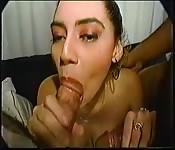 Une strip-teaseuse se déshabille et baise