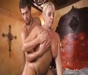 Una panterona bionda con il suo giovane amante