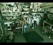 Una bionda viene ripresa da una telecamera nascosta
