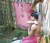 Una indiana amatrice fa un bagno all'aperto