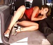 Ils baisent à l'arrière d'une voiture de police