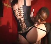 Une strip-teaseuse suce et baise une bite black