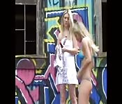 Filles nues en public