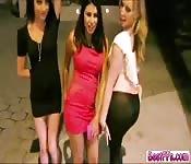 Trois copines sortent faire la fête et partagent une bite