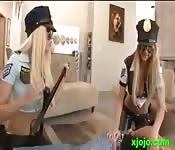 Detido por duas putas policiais