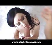 Una indiana bella succhia un cazzo bianco enorme