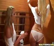 Deux blonde chaudes et mouillées