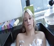 Sara Vandella se baigne pour qu'elle puisse se salir