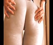 Exibindo o super traseiro em uma calça branca apertada