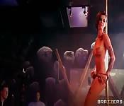 La strip-teaseuse Bonnie Rotten se fait un client