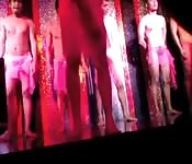 Club nocturno con hombres animadores