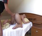 Une blonde se doigte dans la salle de bain et se fait baiser