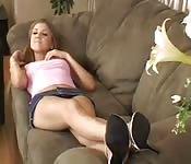 Una bella teenager ci seduce e viene scopata sul divano