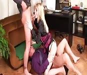 Nous baisons la blonde au bureau