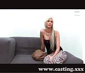 Eine Blondine beim Sex-Casting